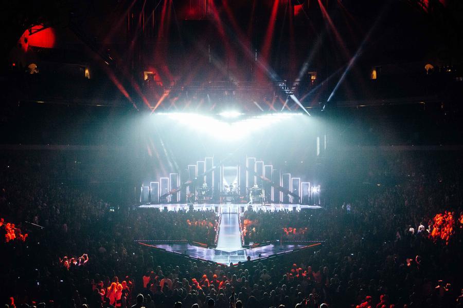maroon 5 plays izod center s last concert. Black Bedroom Furniture Sets. Home Design Ideas